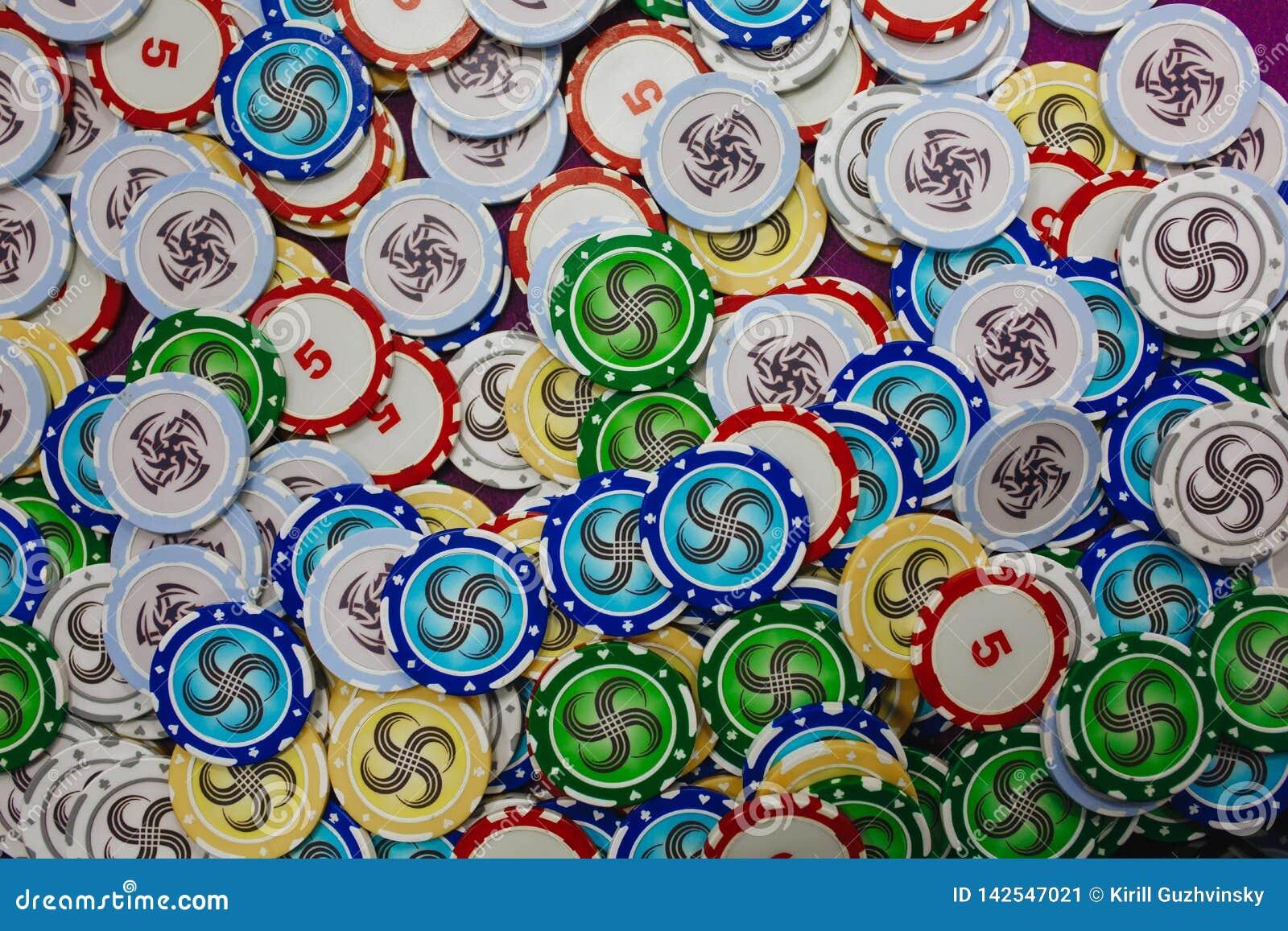 Un bon nombre de casino coloré jouant la vue supérieure de puces