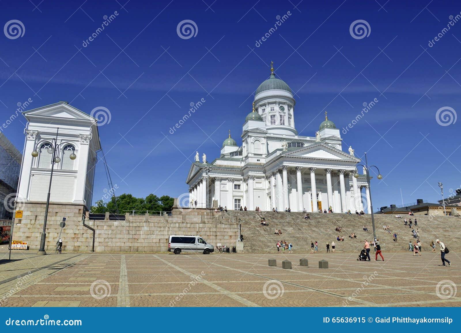 Un bon nombre de gens visitant la cathédrale de Helsinki