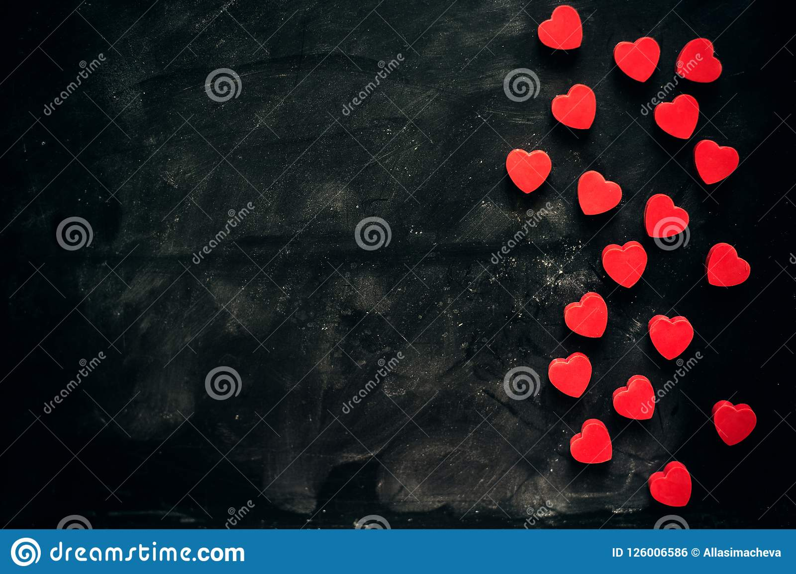 Un bon nombre de petits coeurs rouges sur le fond noir fond romantique d amour pour le jour du ` s de Valentine, anniversaire, pa
