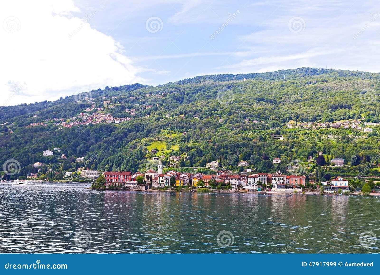 Un bord de mer de ville et un paysage suburbain sur le lac - Ville bord de mer mediterranee ...
