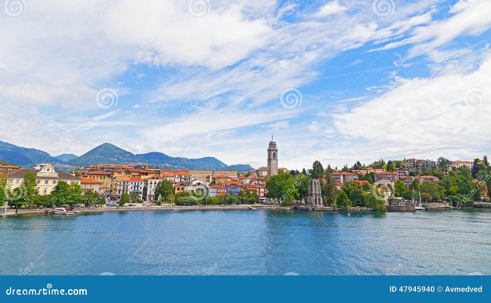 Un bord de mer de ville et un paysage suburbain sur le lac for Paysage de ville