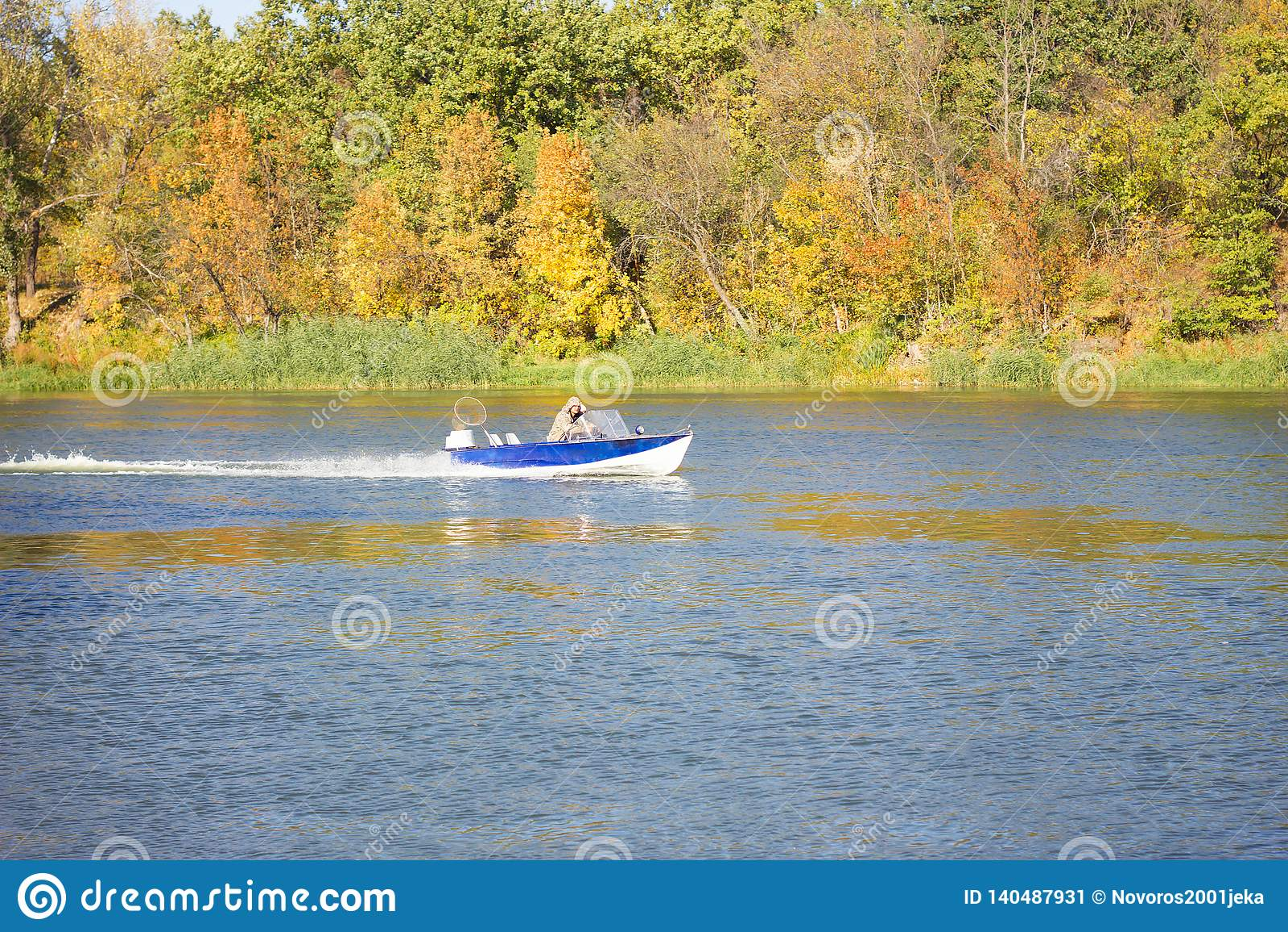 Un bote pequeño flota encendido