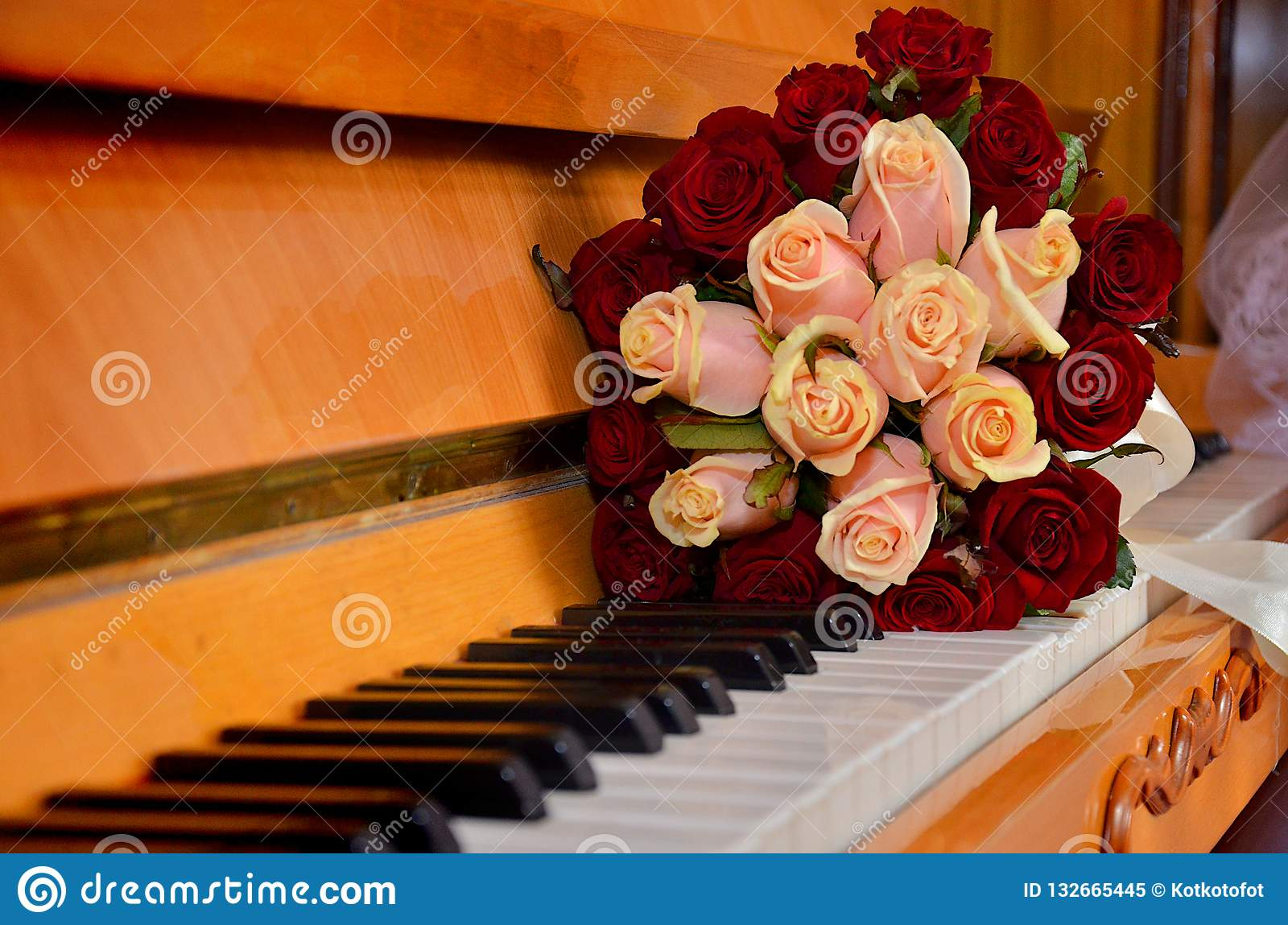 Un bouquet d épouser des fleurs sur les clés de piano