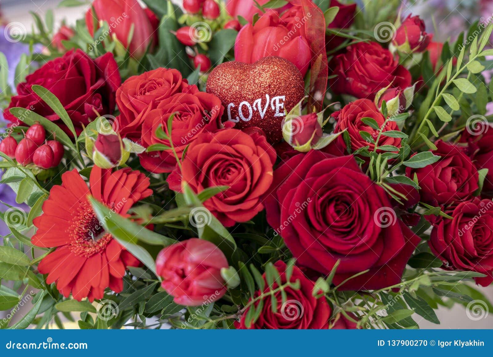 Bouquet De Fleur Pour St Valentin un bouquet de fête d'un grand choix de fleurs rouges et un