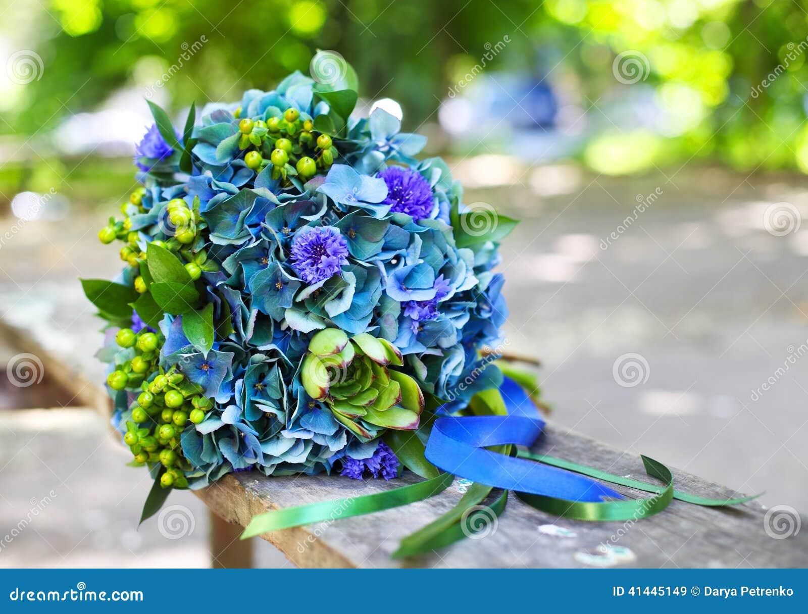 Un bouquet de mariage avec l 39 hortensia dans des couleurs for Bouquet de fleurs vertes