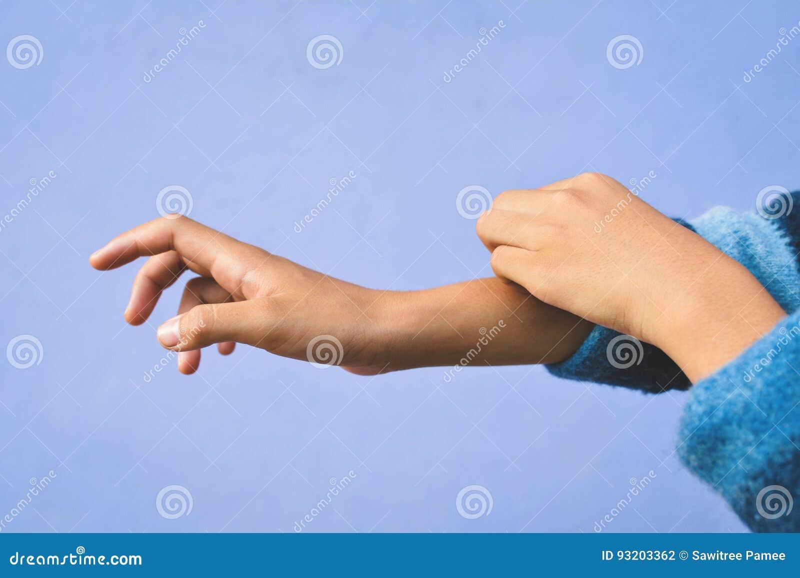 Un braccio di prurito della ragazza