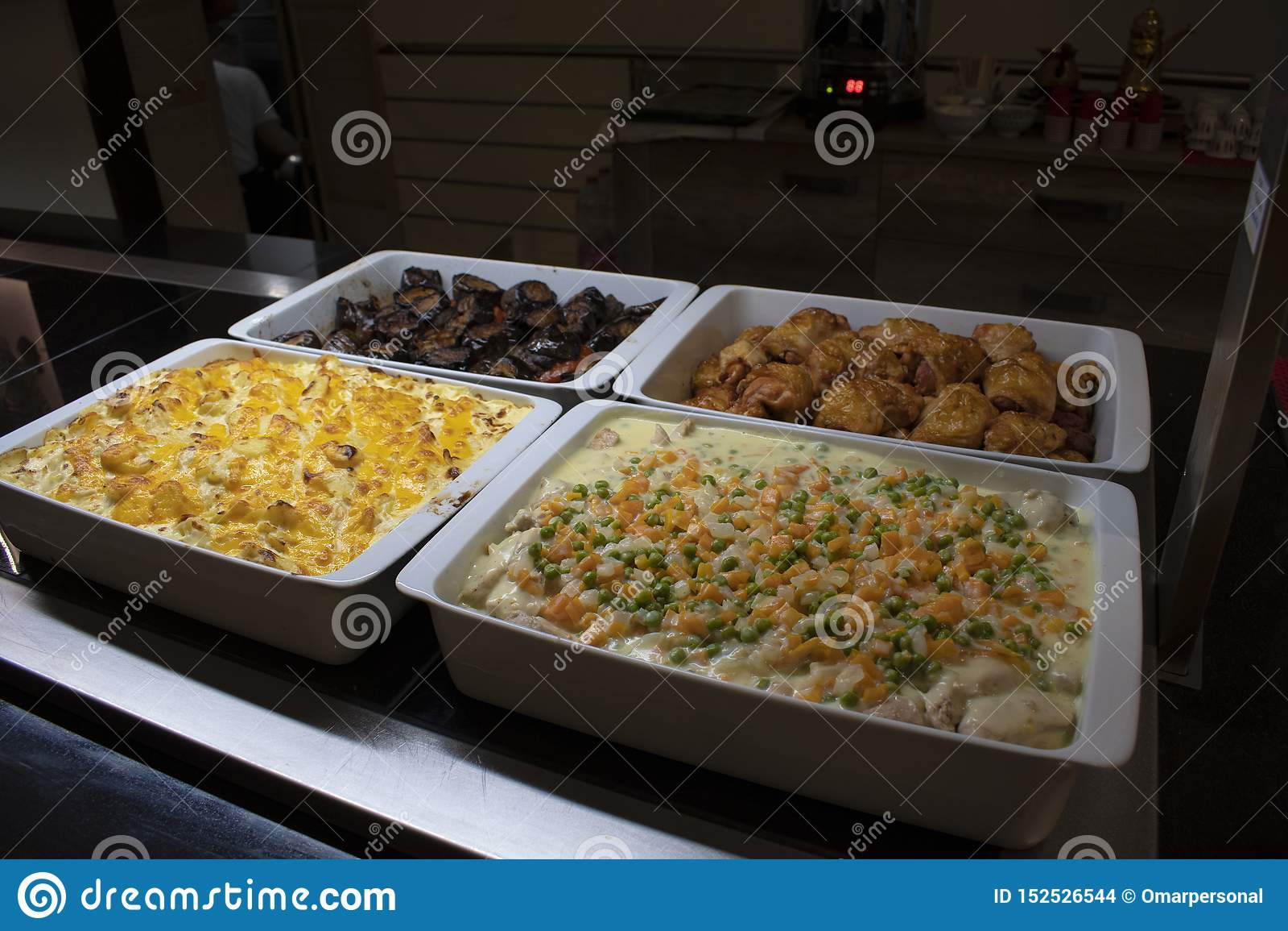 Un buffet arabe avec la nourriture orientale