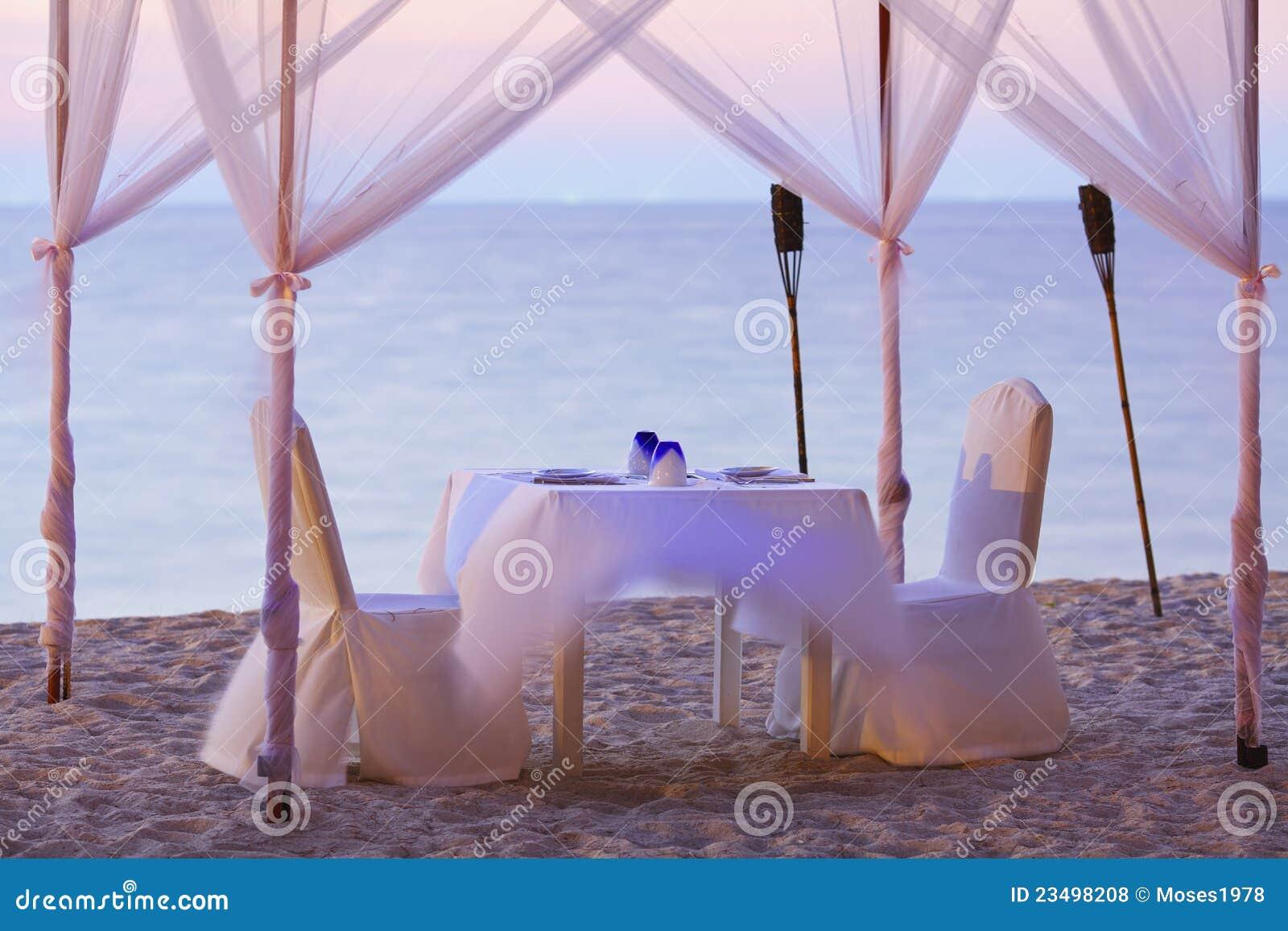 Un buon posto per il pranzo romantico fotografie stock for Mobilia frasi