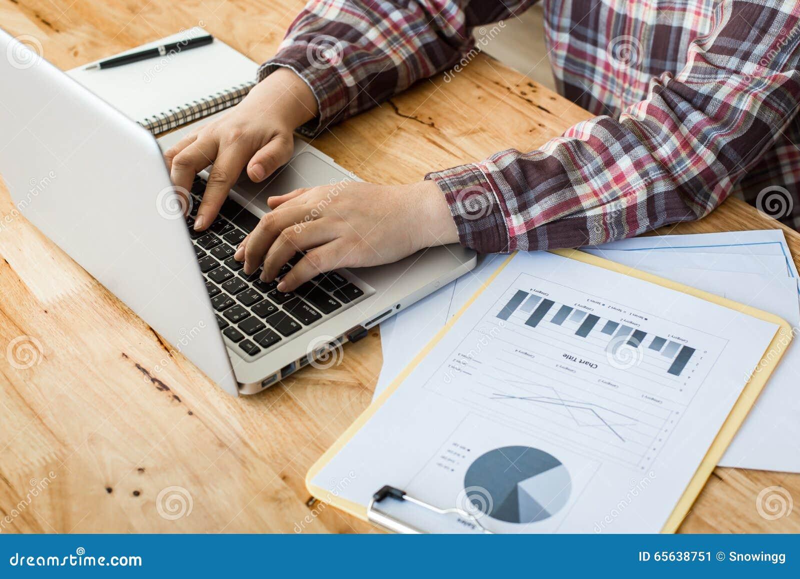 Un bureau en bois fonctionnant (table) avec l ordinateur portable, tasse de café,