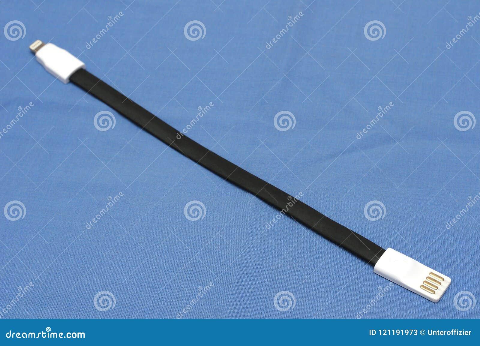 Un câble plat en caoutchouc noir court de synchronisation de données