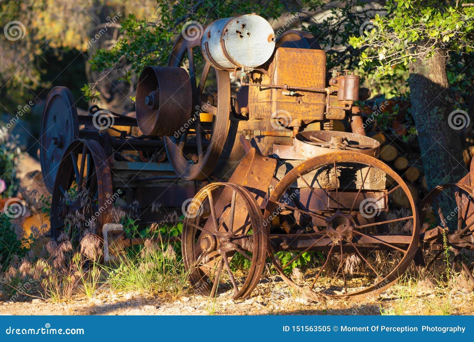 Un caballo de labranza viejo, oxidado, y olvidado