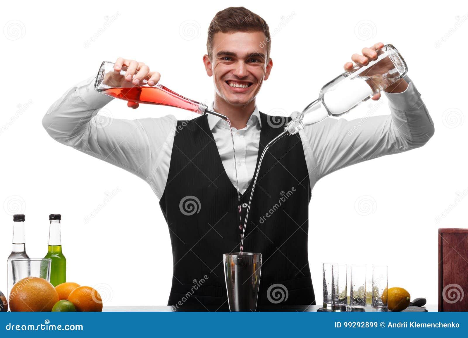 Un camarero atractivo en un contador de la barra que hace un cóctel, una placa de la cal aislada en un fondo blanco