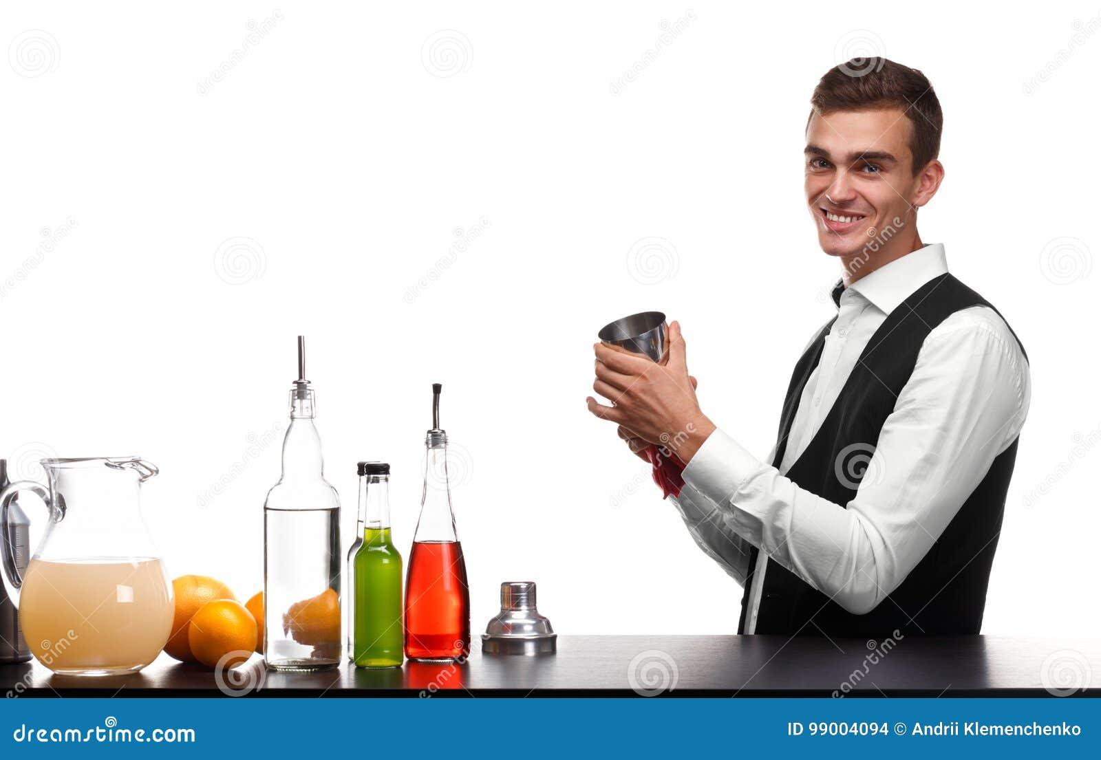 Un camarero que limpia una coctelera para las bebidas, aislada en un fondo blanco Ingredientes del cóctel en un contador de la ba
