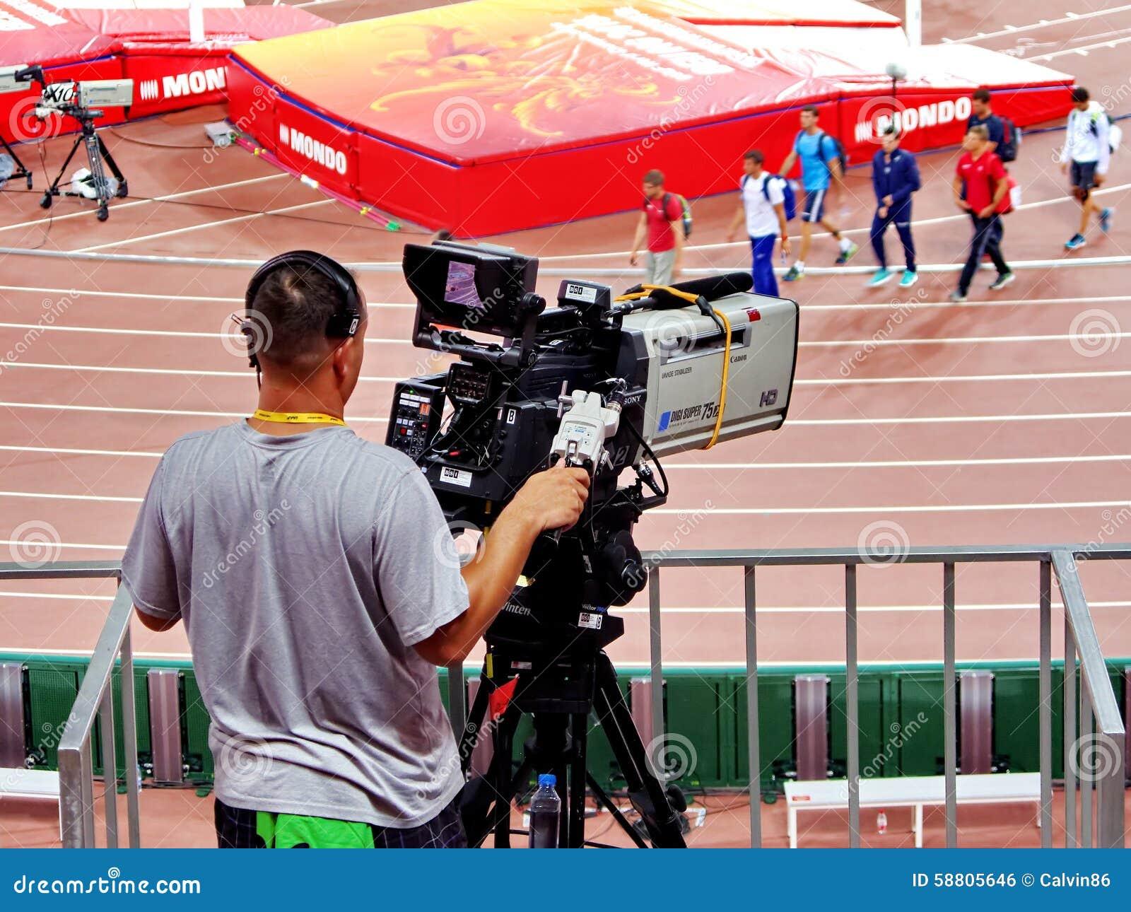 Un cameraman qui actionne un appareil-photo de film au championnat d athlétisme du monde de 2015 IAAF dans Pékin
