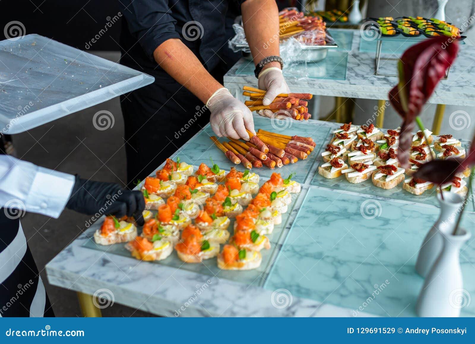 Un cameriere in guanti ad un banchetto prepara una tavola