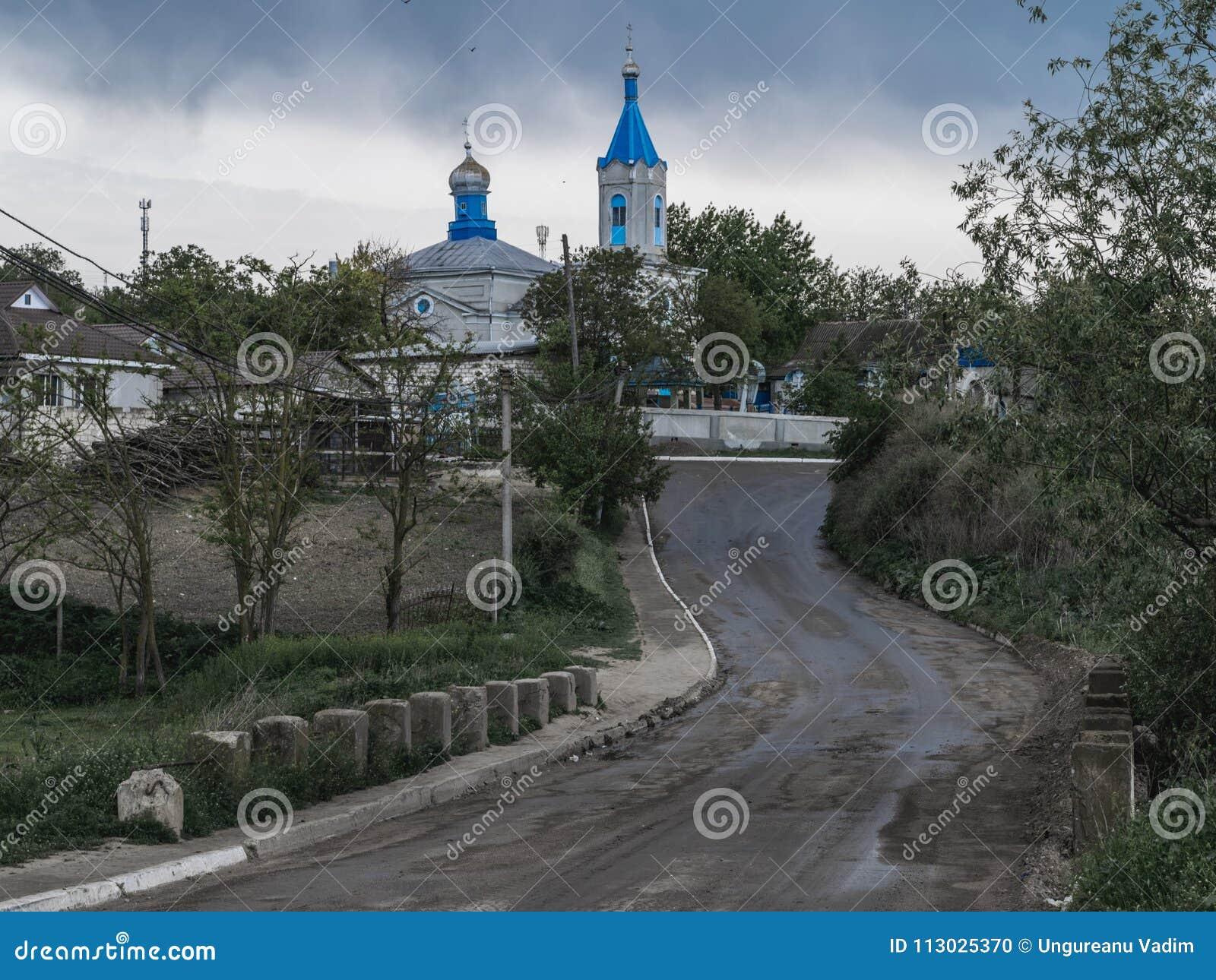 Un camino a un área de la iglesia en Tocuz, el Moldavia