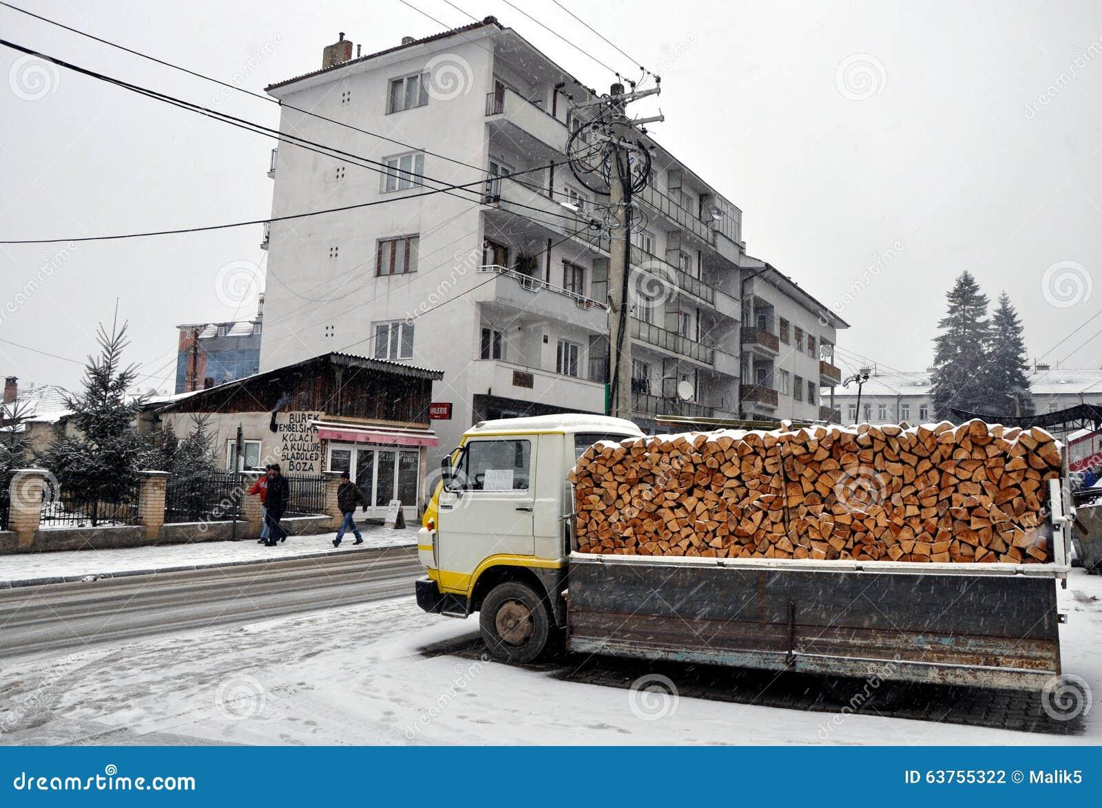 Un camion con legna da ardere pronta per la vendita for Vendita legna da ardere