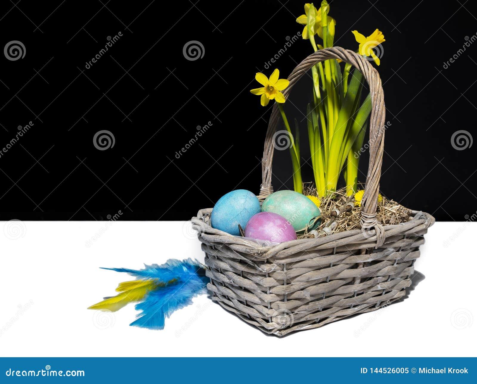 Un canestro di pasqua con le uova colorate