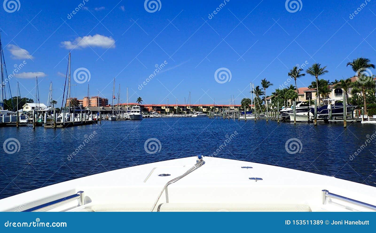Un canottaggio di giorno ad un porticciolo in Florida