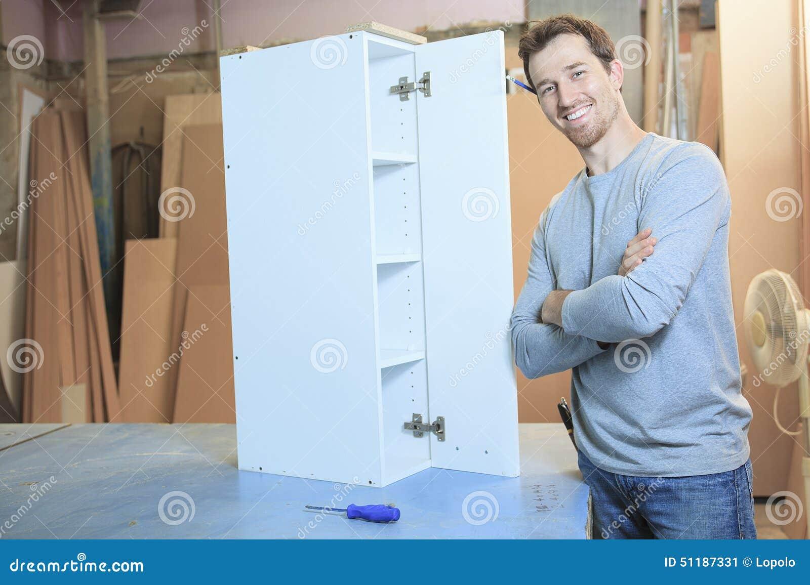 Un carpintero que trabaja difícilmente en el taller