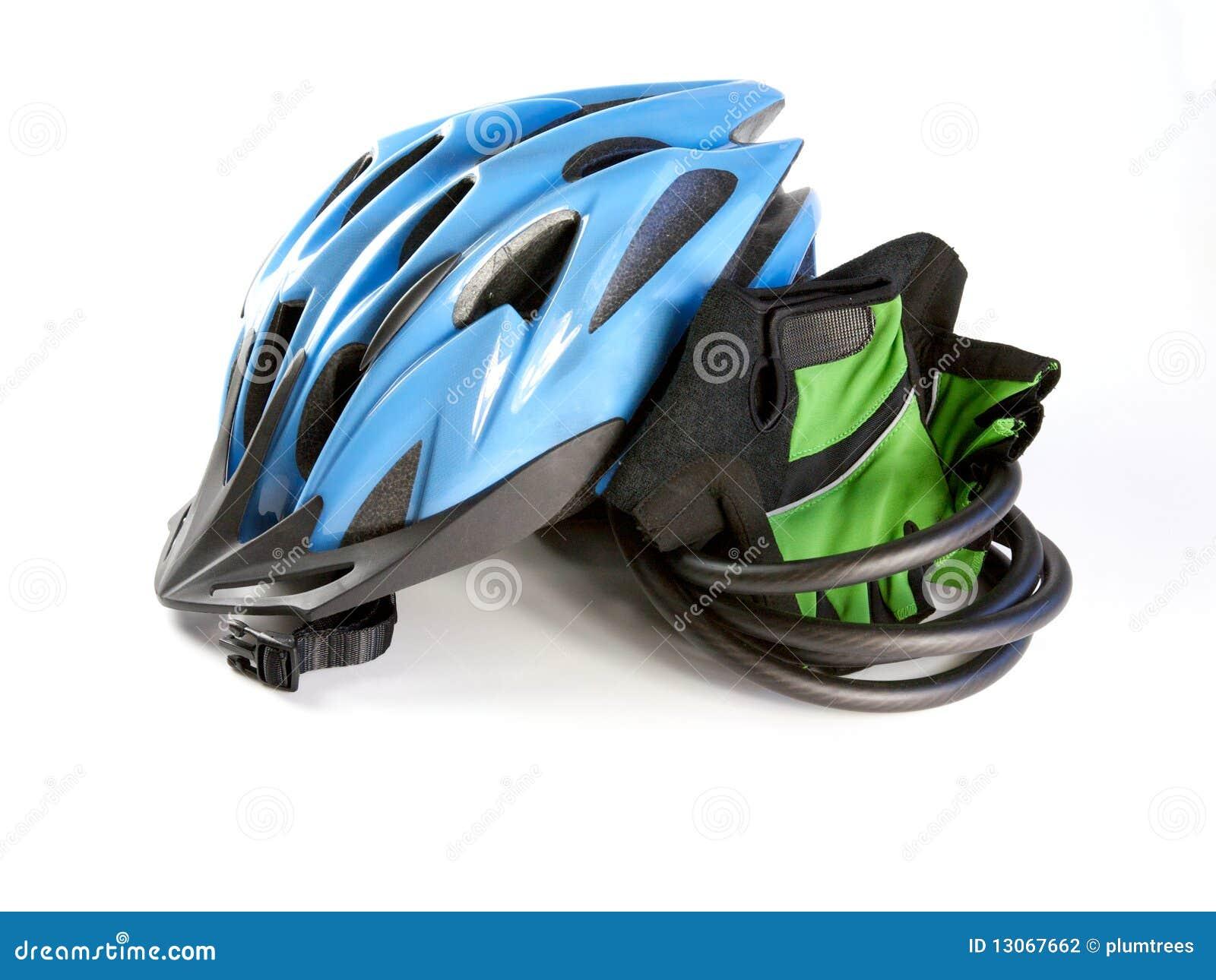 Un casco biking con los guantes en un fondo blanco