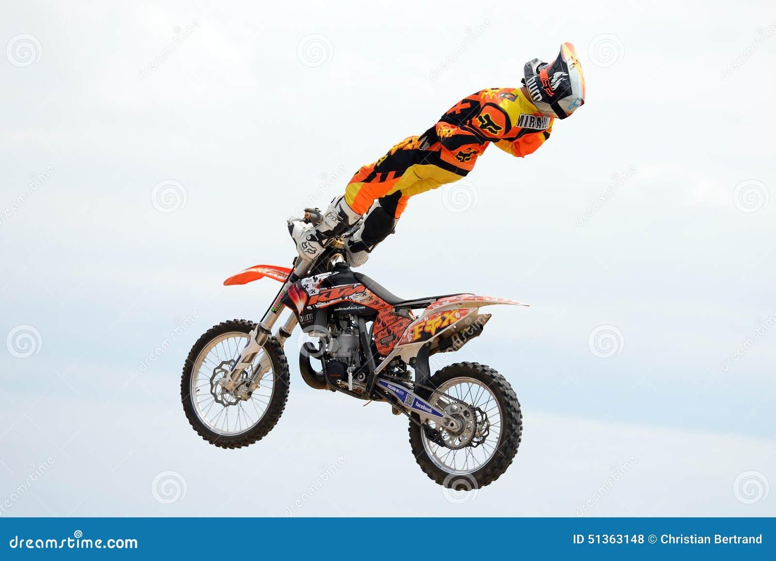 Un Cavalier Professionnel à La Concurrence De FMX (motocross