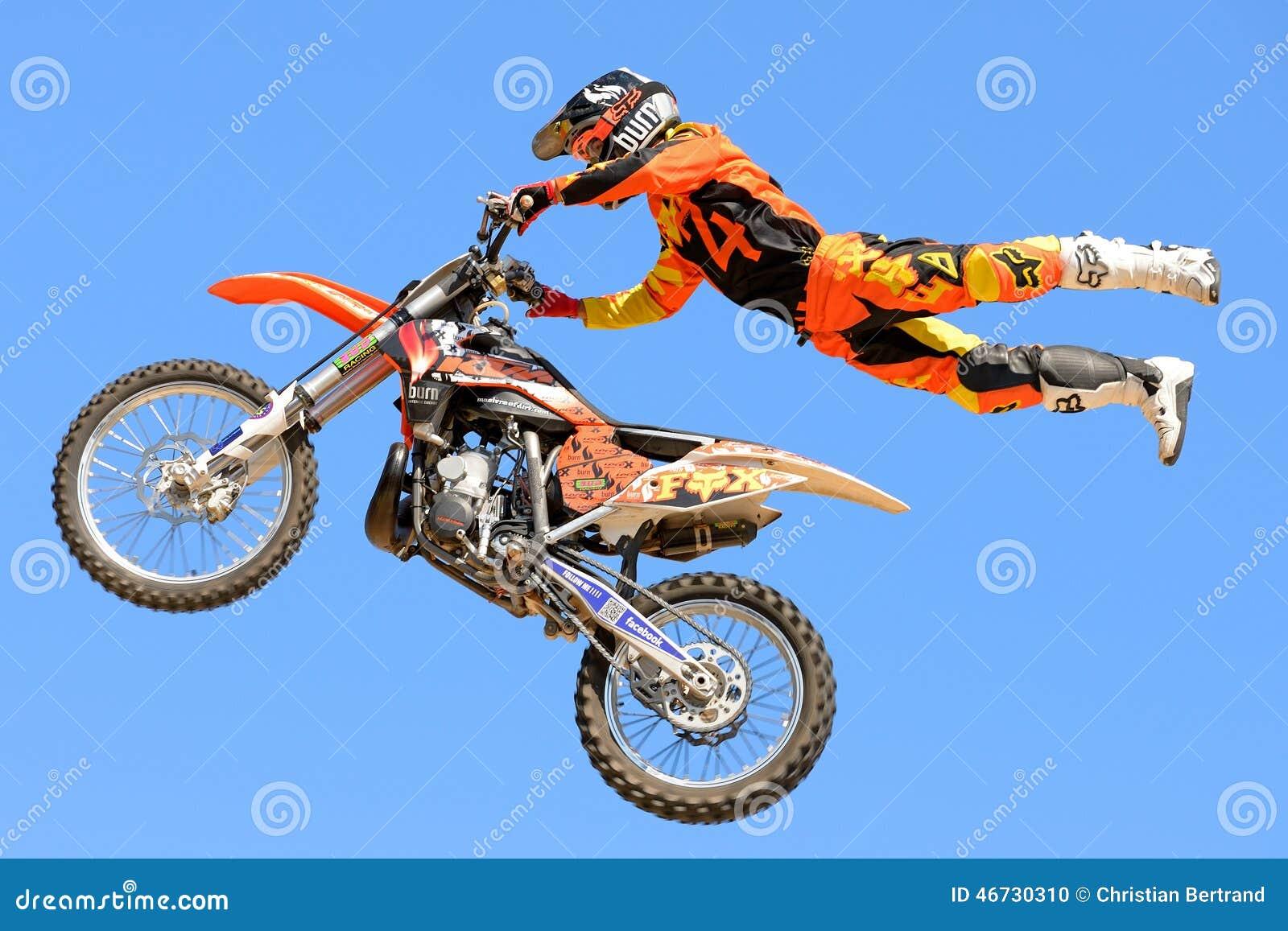Un cavalier professionnel à la concurrence de FMX (motocross de style libre) aux sports extrêmes Barcelone de LKXA