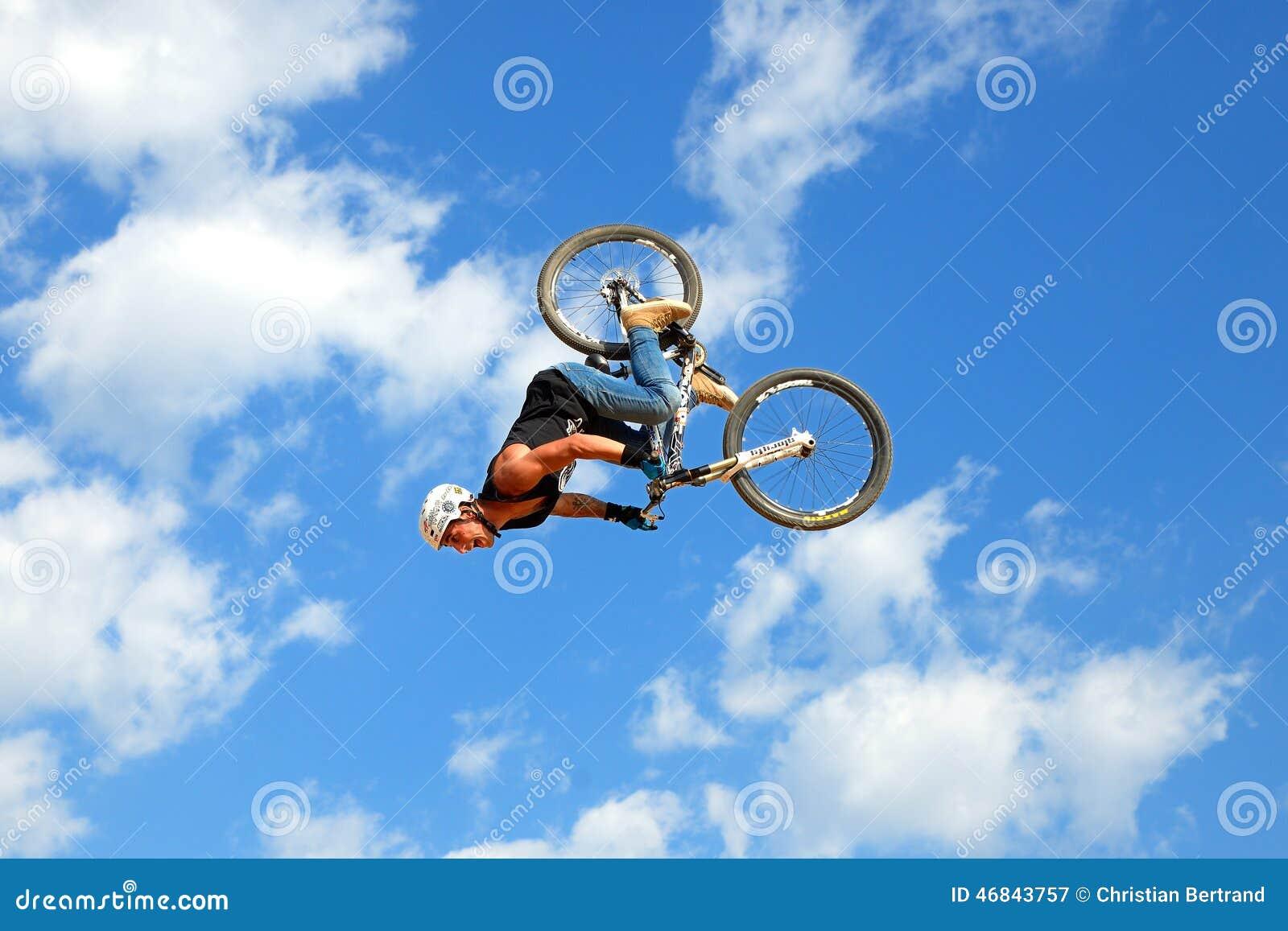 Un cavaliere professionale alla concorrenza di MTB (ciclismo di montagna) sulla pista di sporcizia