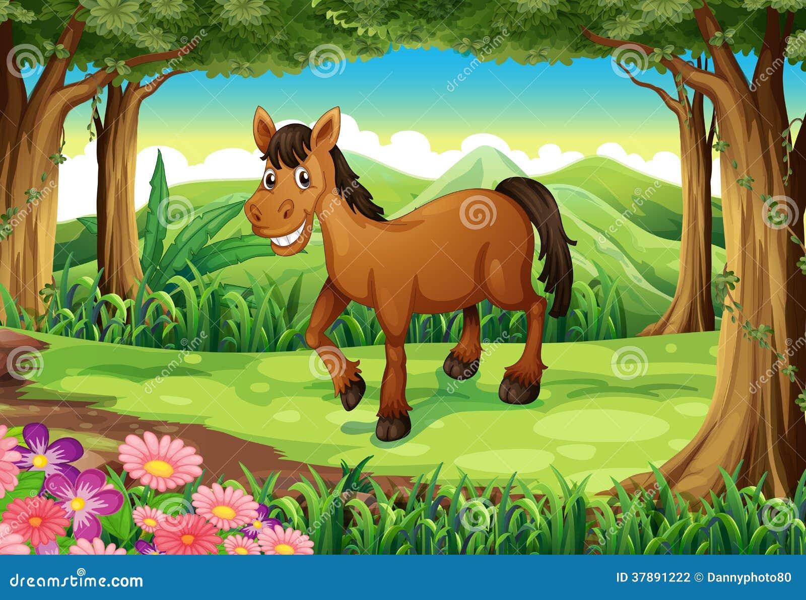 Un cavallo marrone sorridente alla foresta