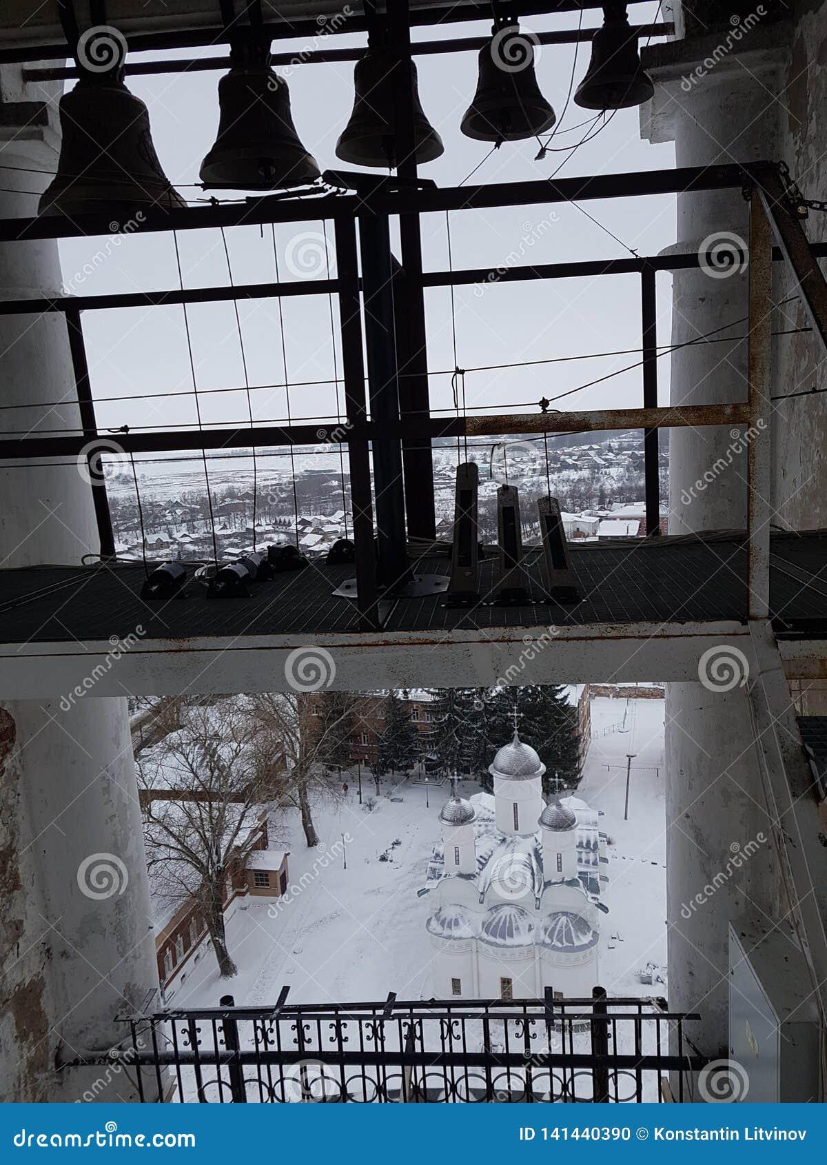 Un certain nombre de cloches de différent-calibre dans la tour de cloche de Prepodobenskaya du monastère rizopolozhensky Suzdal,
