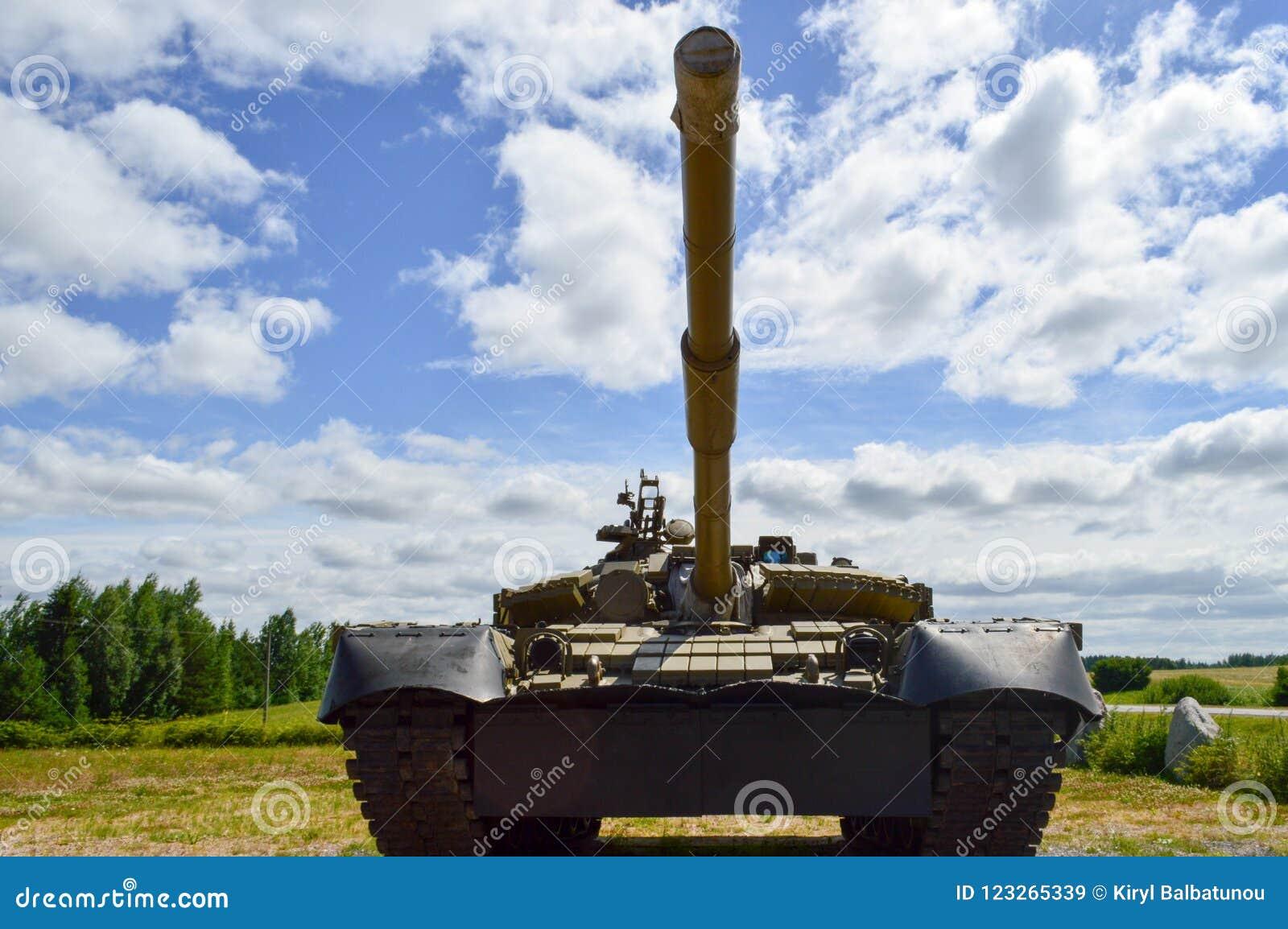 Un char de combat syrien russe de grand fer dangereux mortel blindé militaire vert en métal avec une tourelle d arme à feu et une