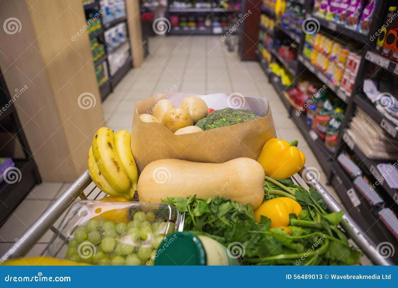 Un chariot avec la nourriture saine