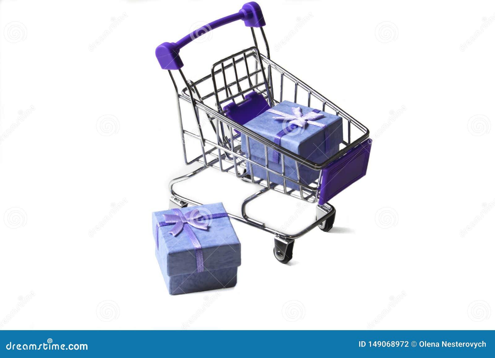 Un chariot d un supermarché avec des boîte-cadeau sur un fond blanc Concept d achats