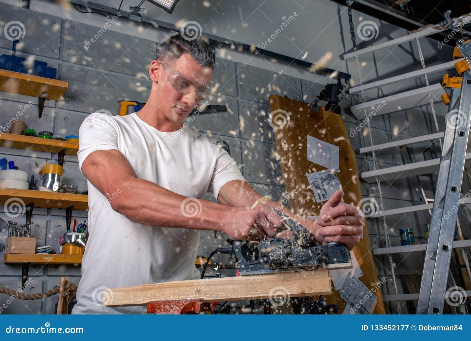 Un charpentier travaille au travail du bois la machine-outil Scie des détails de meubles avec une scie circulaire Processus de sc