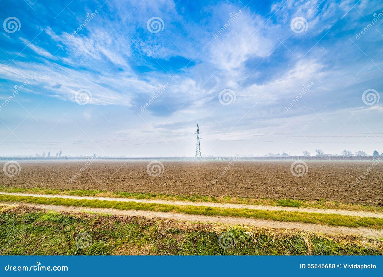Un chemin de terre dans la campagne