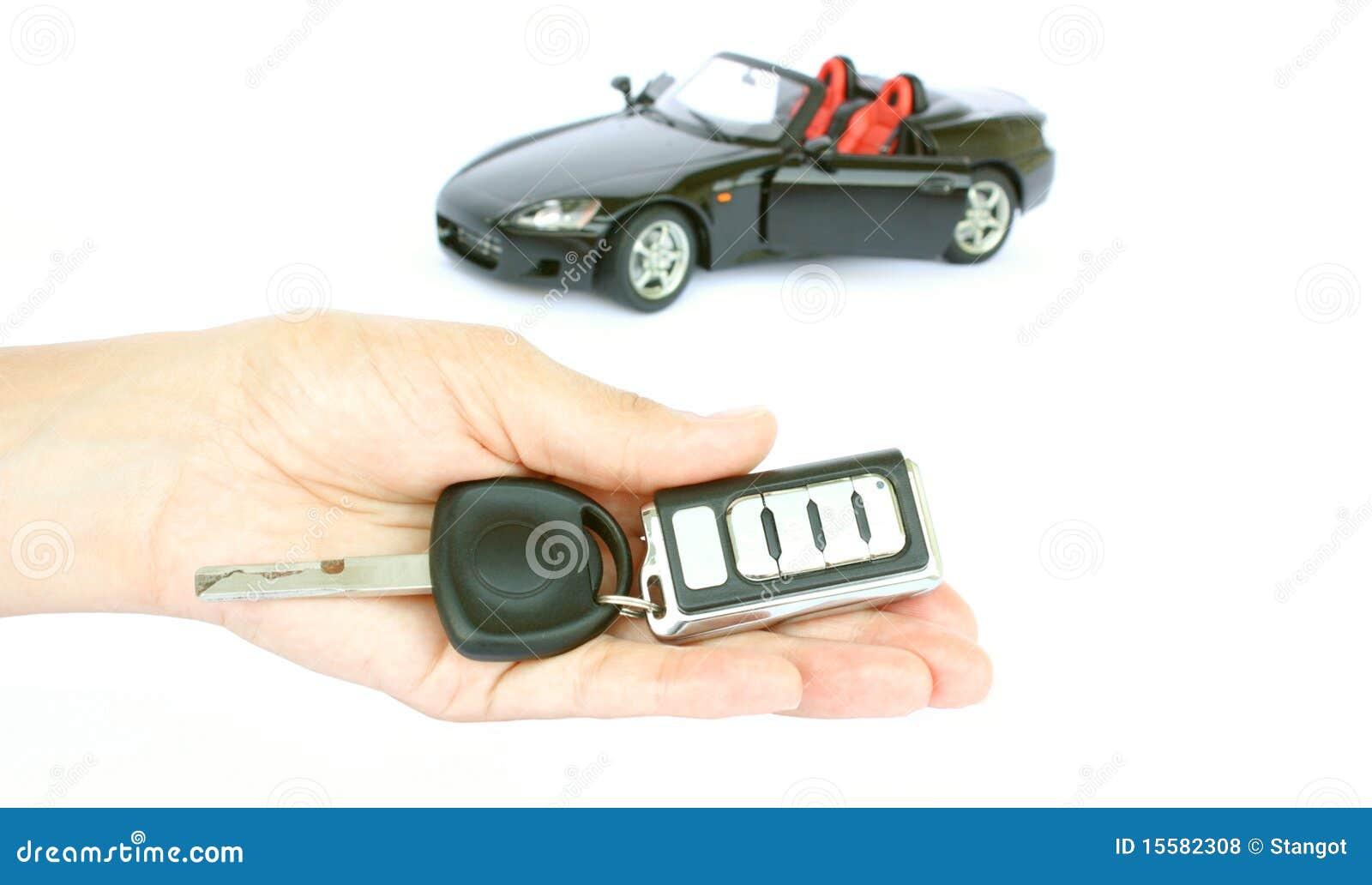 Un clave del coche y un coche
