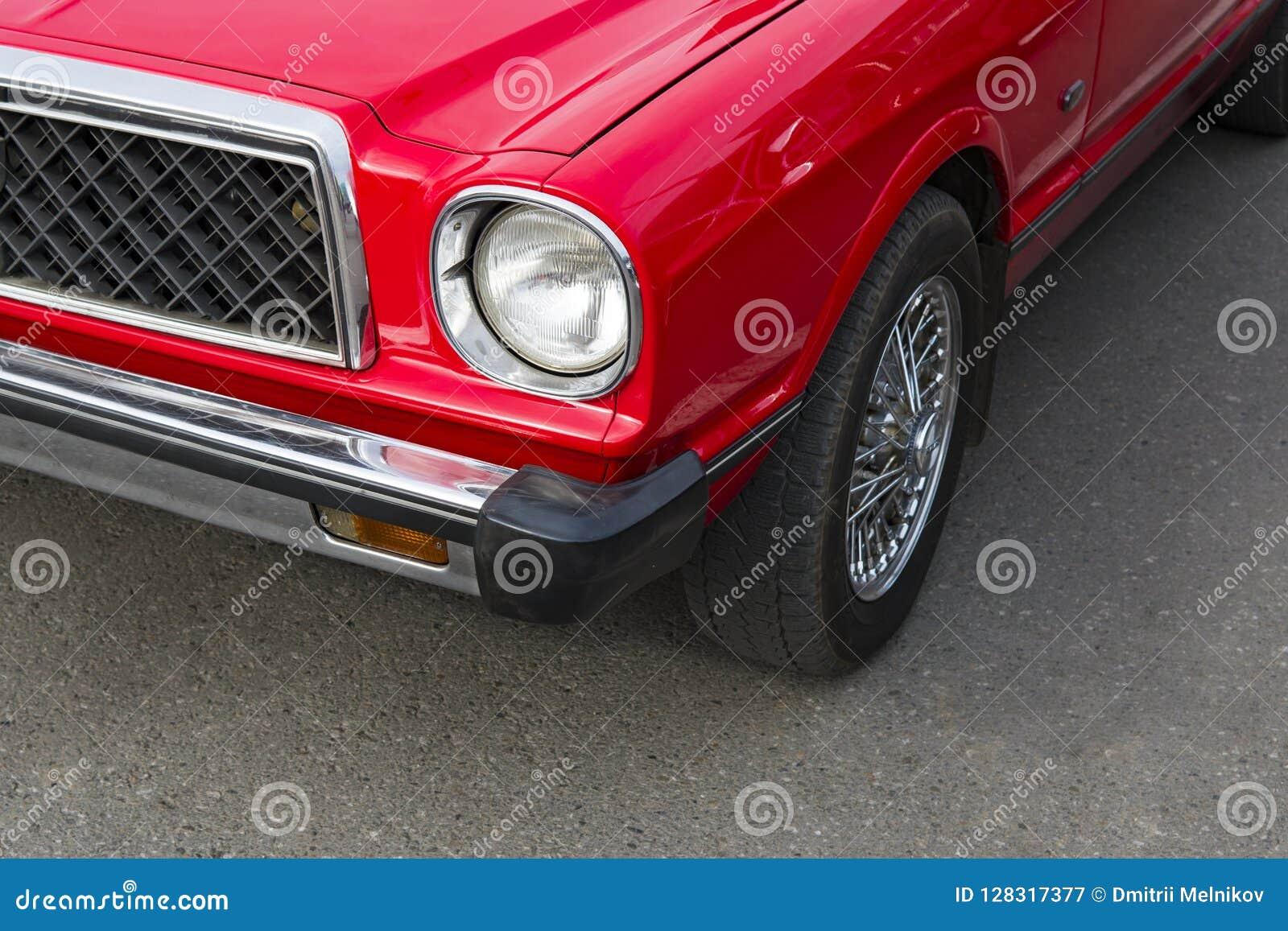 Un coche pulido renovado vintage parqueado Amantes retros del coche Restauración de coches soviéticos clásicos Alquiler de coches