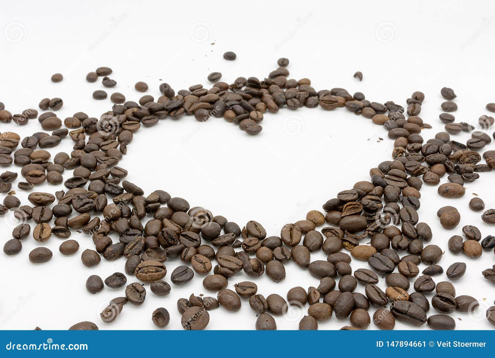 Un coeur des grains de café rôtis