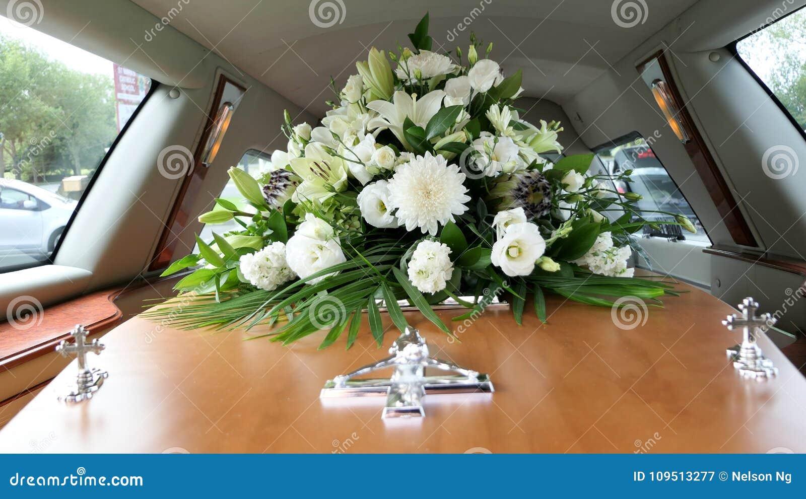 Un cofanetto variopinto in una saettia o cappella prima del funerale o della sepoltura al cimitero