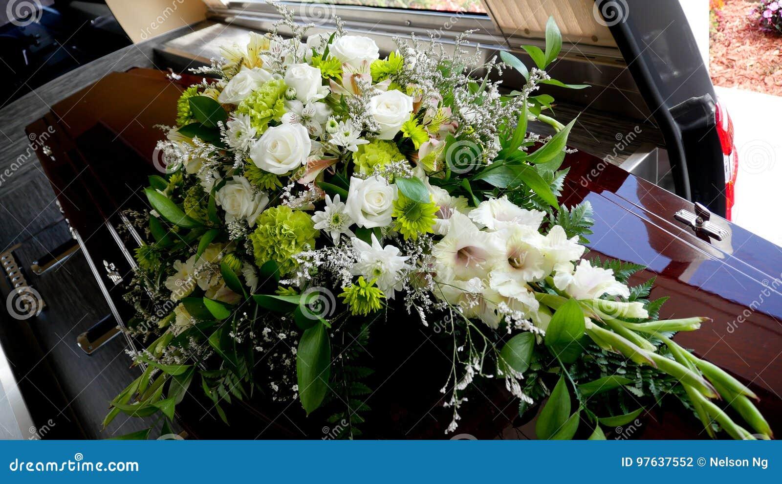 Un cofanetto variopinto in una saettia o chiesa prima del funerale