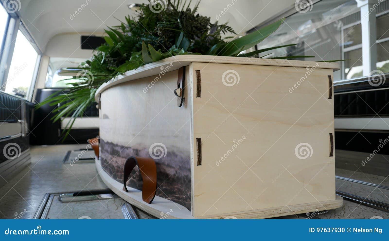 Un cofanetto variopinto in una saettia prima del funerale
