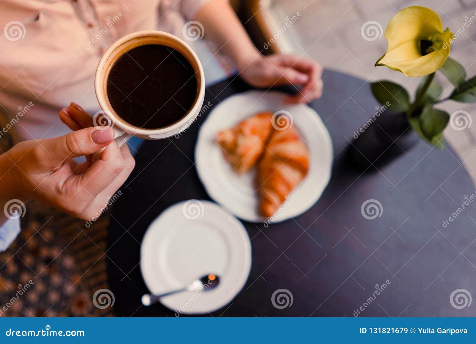 Un coffe et croissants de whith de fille
