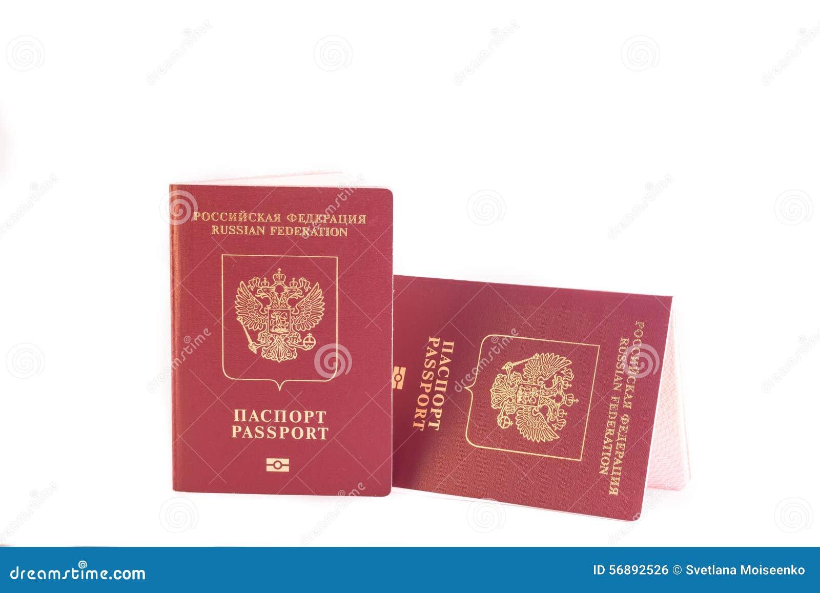 Un colore rosso di due passaporti con un emblema dell aquila reale
