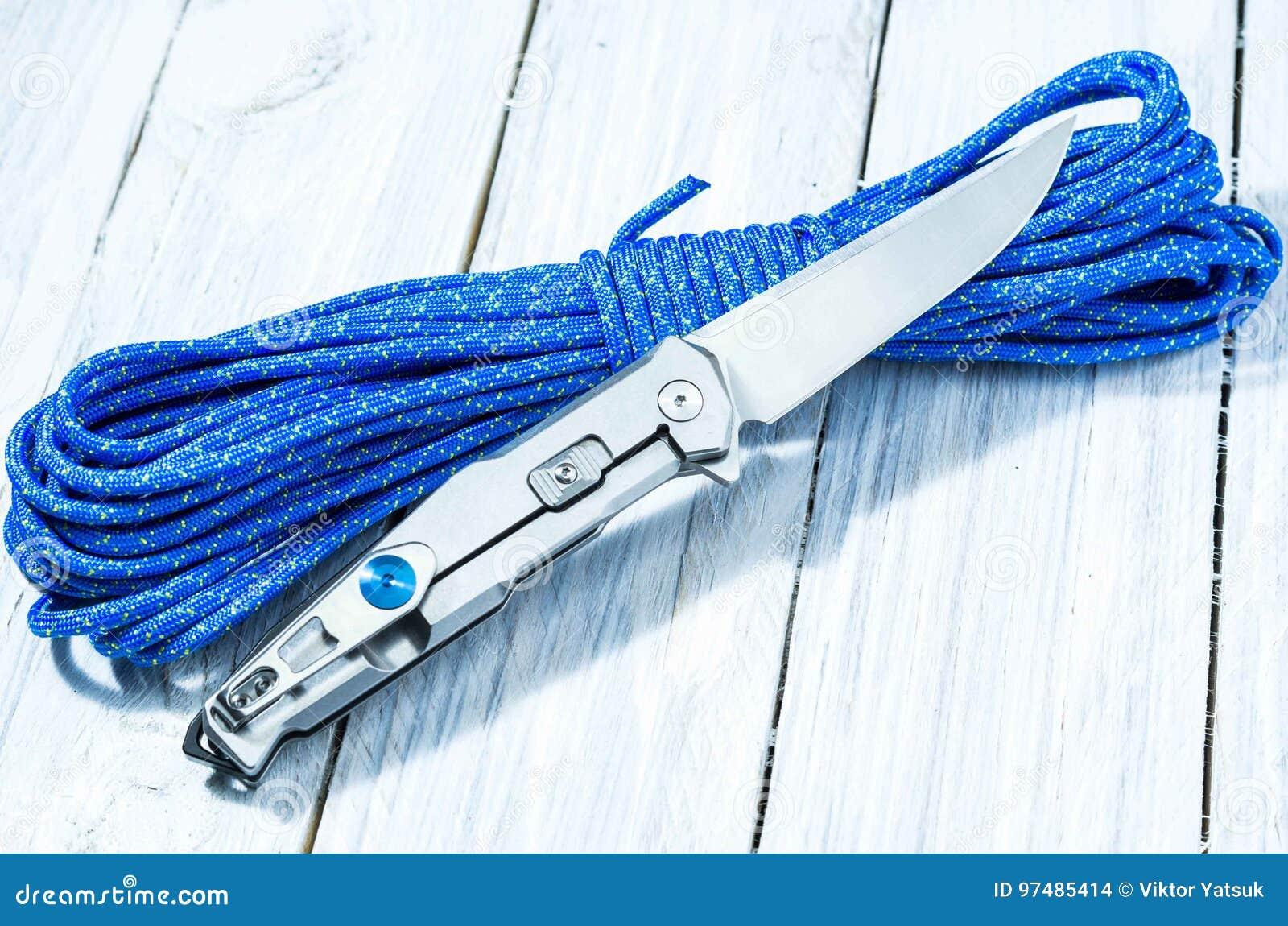 Un coltello brillante su un cavo del paracadute Fine in su