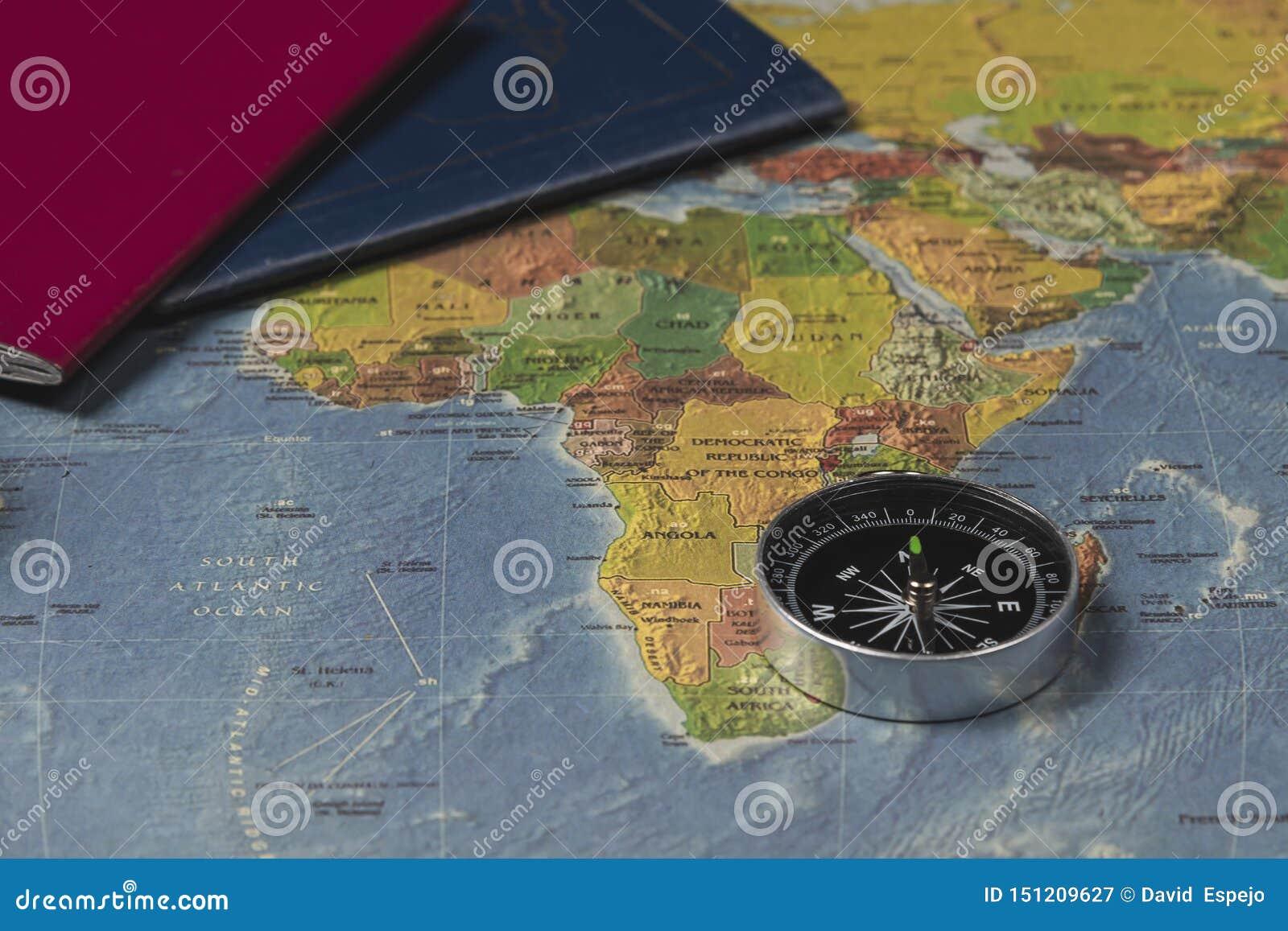 Un compás en el mapa del mundo y los pasports
