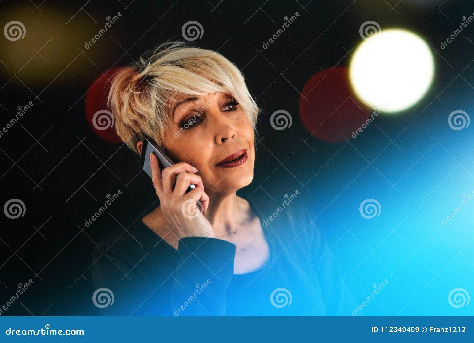 Un conseiller féminin plus âgé positif réussi négocie un téléphone portable Communication entre l utilisation de personnes modern