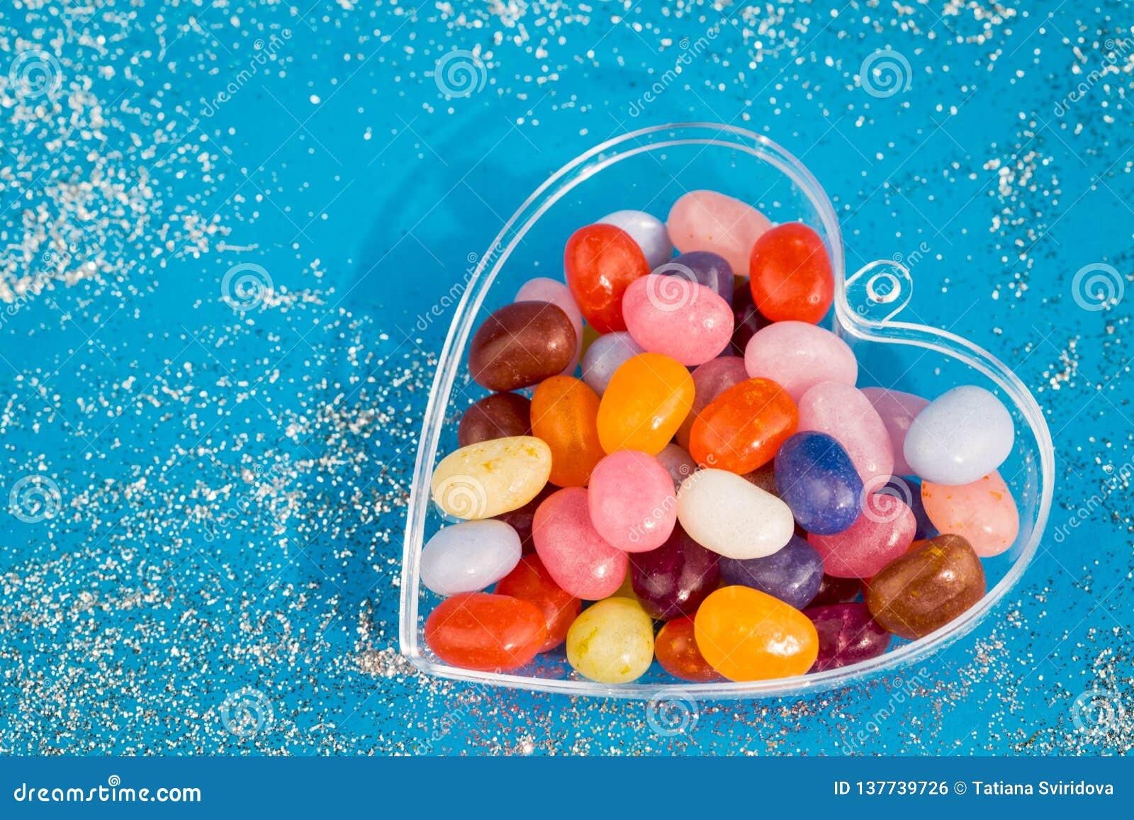 Un corazón con los caramelos en fondo azul