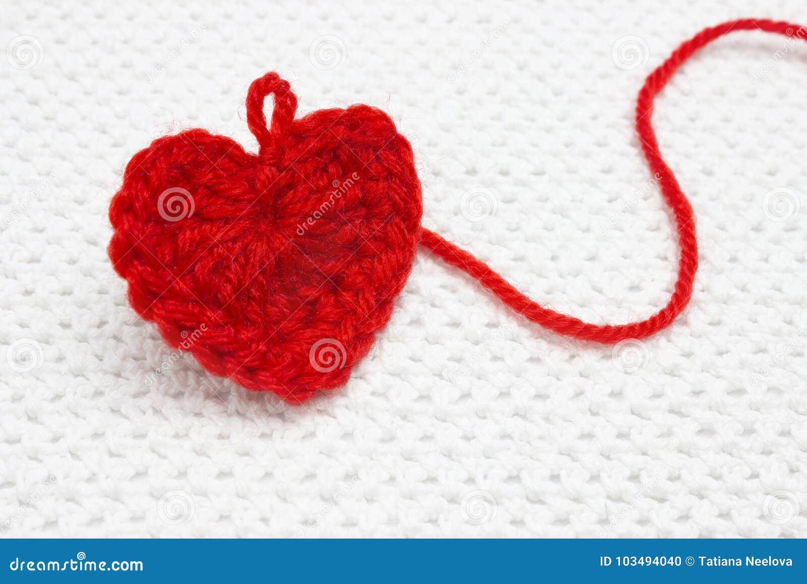 Un Corazón Hecho A Mano Del Ganchillo Rojo Grande Con Un Lazo Del ...