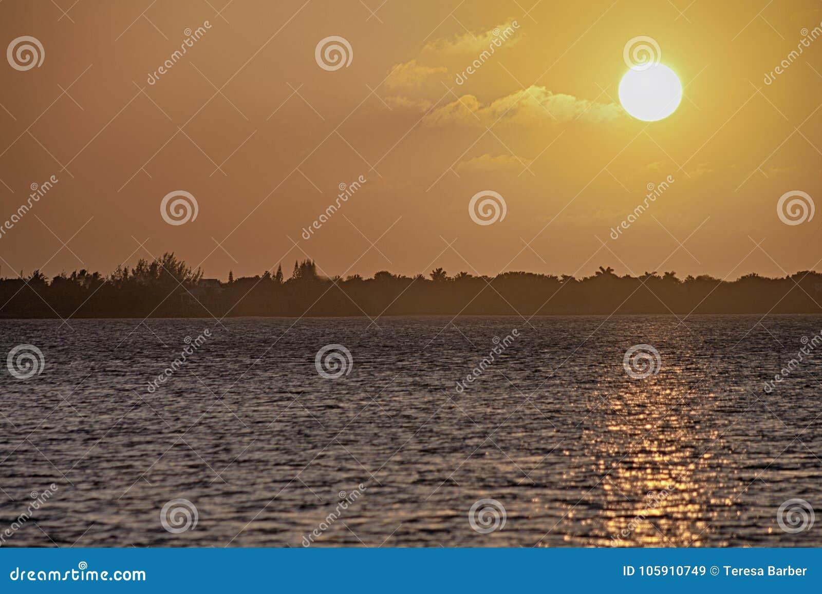 Un coucher du soleil d or dans les clés de la Floride