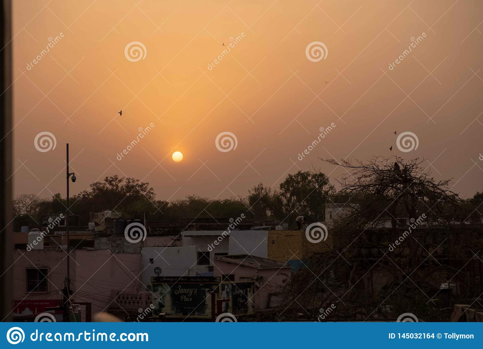 Un coucher du soleil de dessus de toit à Âgrâ